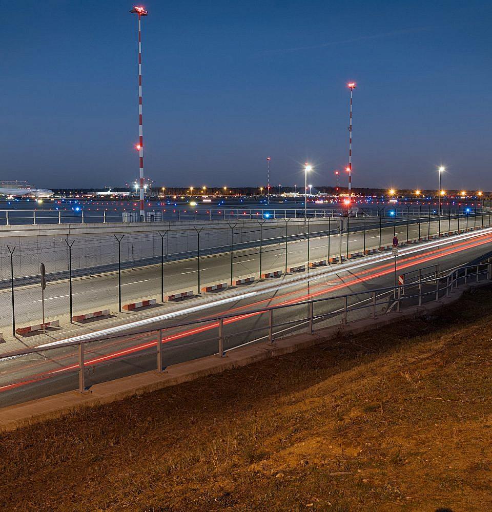 Neues Foto – Flughafen Frankfurt zur blauen Stunde