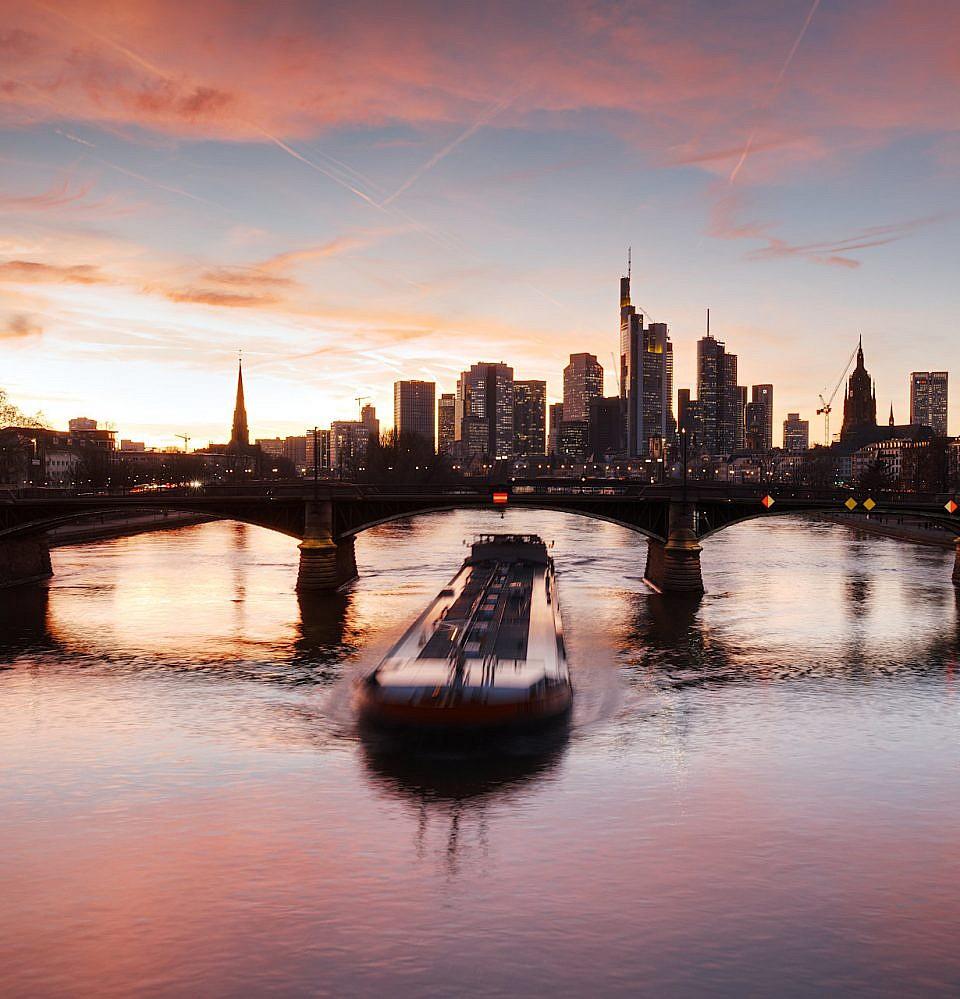 Neues Foto – Skyline Frankfurt Flößerbrücke mit Schiff